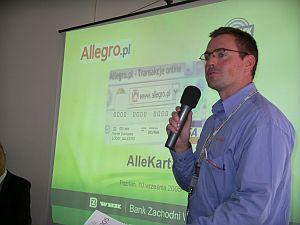 Artur Brzęczkowski, manager sprzedaży i marketingu na konferencji prasowej prezentuje nowy produkt - Allekartę