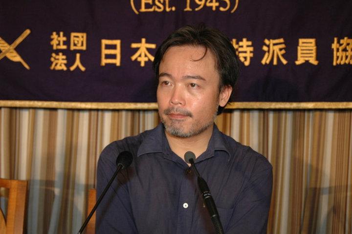 Kosuke Tsuneoka podczas konferencji prasowej w Tokio