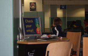 Birmingham w Wielkiej Brytanii. Z lotniskowych kawiarenek korzystają również najmłodsi.