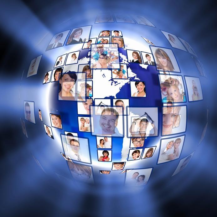 Multilog -  sposób komunikacji, w którym wiele osób jednocześnie odbiera i nadaje treści.