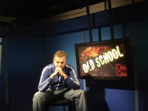 Prowadzący Vieslav w studio telewizyjnym Interia.pl