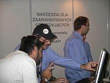 Personel Allegro w niebieskich koszulach obecny na kilkunastu stanowiskach odpowiadał na pytania Allegrowiczów