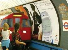 Londyńskie stacje metra pełne są reklam. Zdjęcie należy do Blissweb Photography, Shaun Bliss