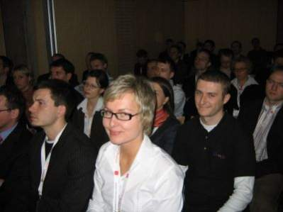 Uczestnicy konferencji: do aparatu uśmiechają się Katarzyna Rucińska (Ad.net) oraz Adam Kwaśniewski (teraz Google)