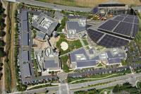 Googleplex, główna siedziba Google, z lotu ptaka. Dachy budynków i miejsc parkingowych pokryte są panelami słonecznymi, zasilającymi cały kompleks.