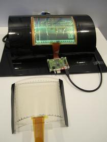 """Uniesienie 30-mikrometrowego wyświetlacza było nie lada problemem. Badacze posłużyli się technologią """"tajwańskich naleśników"""" - warto to zobaczyć, w artykule linkujemy do filmu."""
