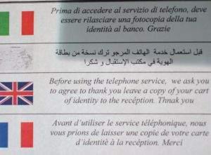 Informacje o potrzebie posiadania dokumentu tożsamości pojawiają się w każdej kawiarni. W niektórych w obcych językach – tłumaczenie jednak pozostawia wiele do życzenia.