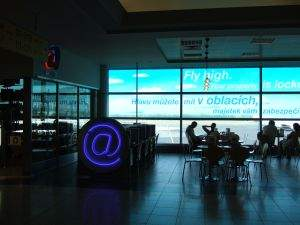 Praga. Kawiarnia internetowa na lotnisku. Dostęp wolny, w Czechach nie legitymują użytkowników kawiarenek.