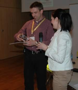 Paweł Leżański  w imieniu Onet.pl odbiera z rąk Ani Meller nagrodę firmy roku 2006
